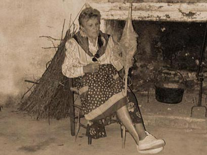 La filatura della canapa con la conocchia, rievocazione per la Festa della Trebbiatura di Cannaiola - Foto di Giampaolo Filippucci, Tiziana Ravagli