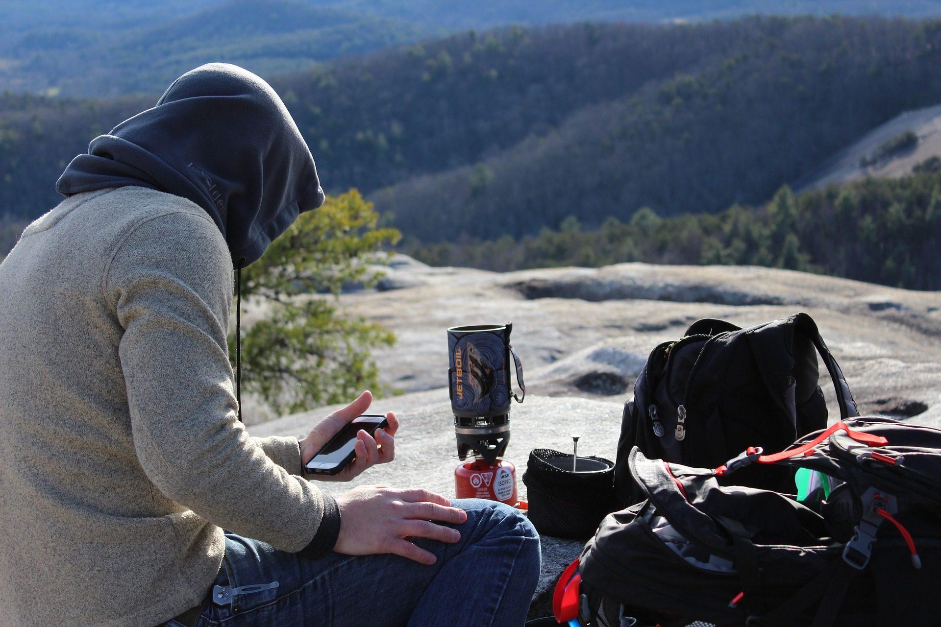 Escursionista con zaino prepara il bivacco